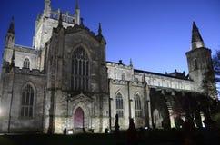 Dunfermline kyrka på natten Arkivfoto