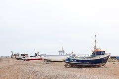 DUNGENESS, ANGLIA rocznik scena z starą będącą ubranym łodzią widzieć na ląd - OKOŁO CZERWIEC 2014 - zdjęcie royalty free