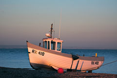 DUNGENESS, KENT/UK - 17-ОЕ ДЕКАБРЯ: Рыбацкая лодка на bea Dungeness Стоковая Фотография RF