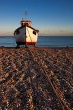 DUNGENESS, KENT/UK - 17-ОЕ ДЕКАБРЯ: Рыбацкая лодка на bea Dungeness Стоковое фото RF