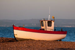 DUNGENESS, KENT/UK - 17-ОЕ ДЕКАБРЯ: Рыбацкая лодка на bea Dungeness Стоковые Изображения