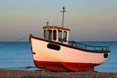 DUNGENESS, KENT/UK - 17-ОЕ ДЕКАБРЯ: Рыбацкая лодка на bea Dungeness Стоковые Фото
