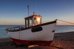 DUNGENESS, KENT/UK - 17-ОЕ ДЕКАБРЯ: Рыбацкая лодка на bea Dungeness Стоковая Фотография