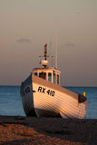 DUNGENESS, KENT/UK - 17-ОЕ ДЕКАБРЯ: Рыбацкая лодка на bea Dungeness Стоковые Фотографии RF