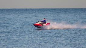 DUNGENESS, KENT/UK - 17-ОЕ ДЕКАБРЯ; Человек ехать лыжа двигателя с навоза Стоковое фото RF