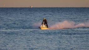 DUNGENESS, KENT/UK - 17-ОЕ ДЕКАБРЯ: Человек ехать лыжа двигателя с навоза Стоковая Фотография