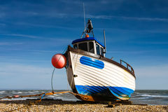 DUNGENESS, KENT/UK - 3-ЬЕ ФЕВРАЛЯ: Рыбацкая лодка на пляже на d Стоковое Фото