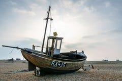 DUNGENESS, KENT/UK - 18 DE MARZO: Barco de pesca en la playa en el Dun Foto de archivo