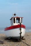 DUNGENESS, KENT/UK - 18 DE MARZO: Barco de pesca en la playa en el Dun Imágenes de archivo libres de regalías