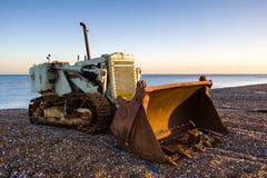 DUNGENESS KENT-/UK_DECEMBER 17: Bulldozer på den Dungeness stranden Royaltyfria Bilder