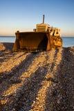 DUNGENESS KENT-/UK_DECEMBER 17: Bulldozer på den Dungeness stranden Arkivfoton