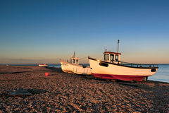 DUNGENESS, KENT/UK - 17 DECEMBER: De vissersboten op Dungeness zijn Royalty-vrije Stock Foto