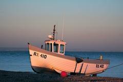 DUNGENESS KENT/UK - DECEMBER 17: Fiskebåt på den Dungeness beaen Royaltyfri Fotografi