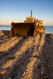 DUNGENESS, KENT-/UK_AM 17. DEZEMBER: Planierraupe auf Dungeness-Strand Stockfotos