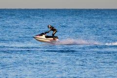 DUNGENESS, KENT/UK - 17 DICEMBRE; Uomo che guida un jet ski fuori da Dung Fotografia Stock Libera da Diritti