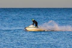 DUNGENESS, KENT/UK - 17 DICEMBRE; Uomo che guida un jet ski fuori da Dung Fotografia Stock