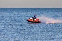 DUNGENESS, KENT/UK - 17 DICEMBRE; Uomo che guida un jet ski fuori da Dung Fotografie Stock Libere da Diritti