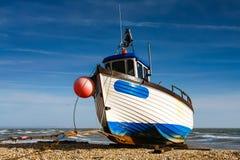 DUNGENESS, KENT/UK - LUTY 3: Łódź rybacka na plaży przy d Zdjęcie Stock