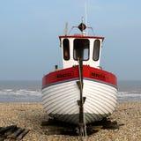 DUNGENESS, KENT/UK - 18. MÄRZ: Fischerboot auf dem Strand am Falben Stockbild