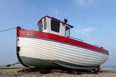 DUNGENESS, KENT/UK - 18. MÄRZ: Fischerboot auf dem Strand am Falben Stockfoto