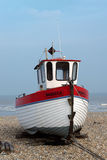 DUNGENESS, KENT/UK - 18. MÄRZ: Fischerboot auf dem Strand am Falben Lizenzfreie Stockbilder