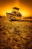 DUNGENESS, KENT/UK _O 17 DE DEZEMBRO: Barco de pesca abandonado no Dun foto de stock