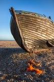 DUNGENESS, KENT/UK _O 17 DE DEZEMBRO: Barco de pesca abandonado no Dun imagens de stock