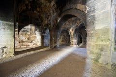 Dungeon antigo medieval velho da pedra do castelo fotografia de stock