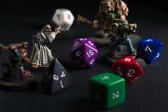 Dungeon e figuras e dados dos dragões fotografia de stock royalty free