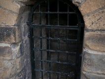 Dungeon komórka z barami w starym, antycznym kamienia kasztelu, obrazy stock