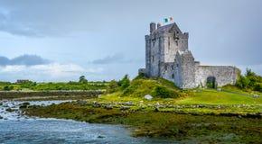 Dunguairekasteel, het huis van de de 16de eeuwtoren in Provincie Galway dichtbij Kinvarra, Ierland Royalty-vrije Stock Foto's