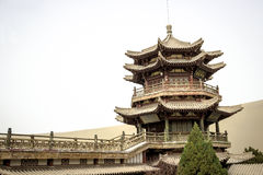 DUNHUANG, CHINA 11 DE MARÇO: Pavilhão de Mingyue no mingsha Shan s Fotografia de Stock Royalty Free