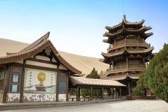 DUNHUANG, CHINA 11 DE MARÇO: Pavilhão de Mingyue no mingsha Shan s Foto de Stock Royalty Free