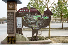 DUNHUANG, CHINA-MARCH 11: Prowadzi mapę Mingshashan, wielbłądzi kształt o Zdjęcia Stock