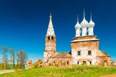 Dunilovo Ryssland: Sikt av kyrkan av den heliga oskulden, under renoveringen Royaltyfria Foton