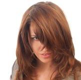 Dunkeläugige Frau mit dem Haar, das unten über dem Gesicht hängt Lizenzfreie Stockfotografie