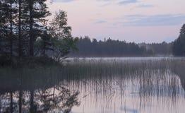 Dunkel afton på en sjö Arkivfoton