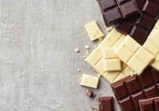 Dunkel, Weiß und Milchschokoladestücke lizenzfreie stockfotos