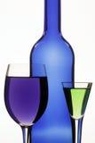 Dunkelblaue Flasche und zwei Weingläser Stockbilder