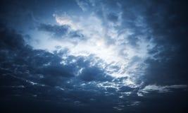 Dunkelblaue Nachtdrastischer Himmel mit stürmischen Wolken Stockfotografie