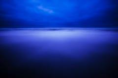 Dunkelblaue Oregon-Küste vor Sonnenaufgang Lizenzfreies Stockfoto