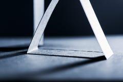 Dunkelblaue Papierformen und Schatten Stockfotos