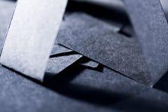 Dunkelblaue Papierformen und Schatten Stockfoto