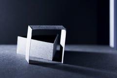 Dunkelblaue Papierformen und Schatten Stockfotografie