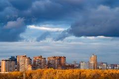 Dunkelblaue Schneesturmwolken über Apartmenthäusern lizenzfreies stockfoto