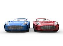 Dunkelblaue und rote Autos auf weißem Hintergrund Lizenzfreie Stockfotografie