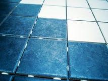 Dunkelblaue und weiße Fliese der Wand und des Bodens stockfotos