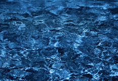 Dunkelblaue Wasserschönheit Lizenzfreies Stockbild