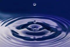 Dunkelblaue Wassertropfenzusammenfassung Lizenzfreies Stockbild