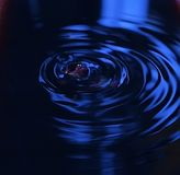 Dunkelblaue Wasserwellen Stockfoto